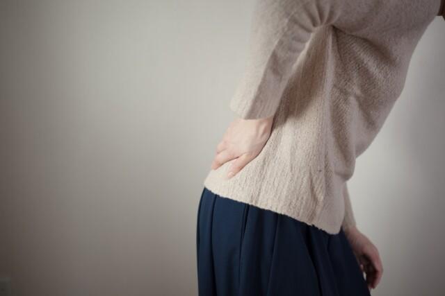 坐骨神経痛の女性画像