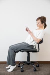 背筋を反る座り方